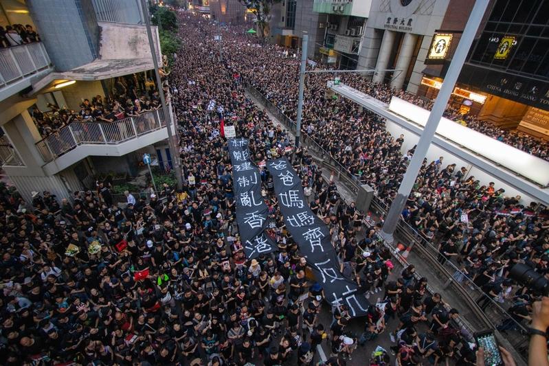 6月16日,近200萬市民再次上街反惡法,要求特首林鄭月娥下台,遊行人數創香港史上最多。(HECTOR RETAMAL/AFP)