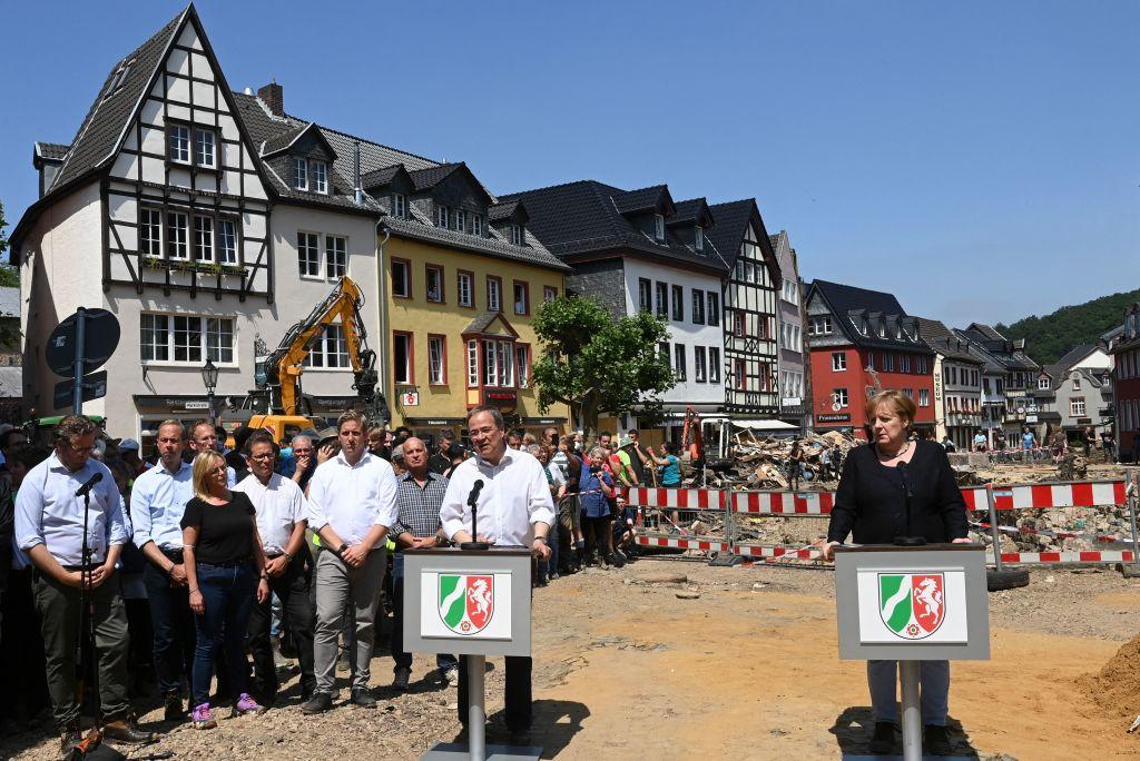 德國總理默克爾和北威州州長拉謝特走訪災區,並承諾迅速提供緊急援助。 (CHRISTOF STACHE/POOL/AFP via Getty Images)