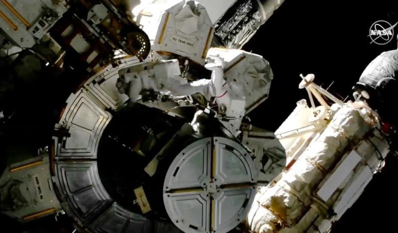 2021年3月13日,美國太空人維克多·格洛弗(Victor Glover)(宇航服上有紅色條紋者)和邁克·霍普金斯(Mike Hopkins)離開國際太空站的Quest氣閘,開始了近7小時的太空行走,以執行各種維護任務。(NASA TV)