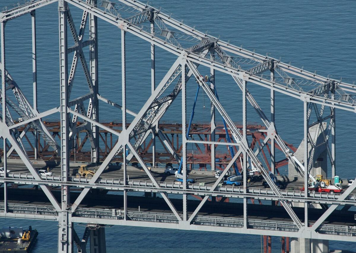 2009年10月30日,在加州三藩市,工人們繼續對三藩市海灣大橋的東跨進行緊急維修。(Justin Sullivan/Getty Images)