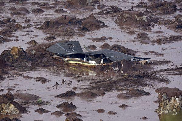 水壩潰決造成洪災示意圖。(CHRISTOPHE SIMON/AFP/Getty Images)