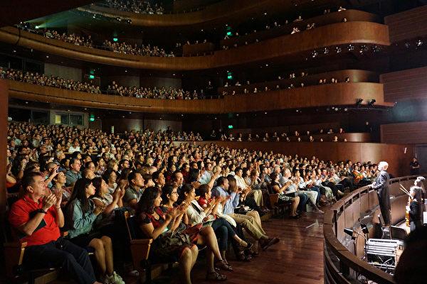 神韻國際藝術團於2020年2月8日晚在利馬大劇院(Gran Teatro Nacional)的第二場演出再次一票難求。(李明曉/大紀元)