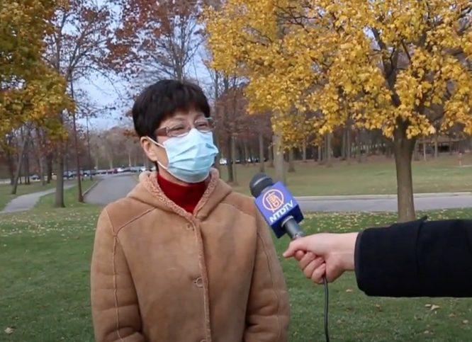 底特律TCF缺席選票唱票中心的監票員施密特(Schimidt)女士介紹她2020年11月3日晚至4日凌晨監票時看到的怪異情況。(明光/大紀元)