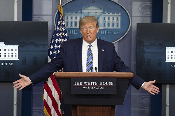 美國總統特朗普4月19日表示,他從這次疫情危機中得到一個重大教訓。圖為特朗普總統4月19日主持簡報會。(JIM WATSON / AFP)