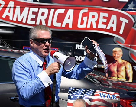 保守派作家Wayne Root認為特朗普有可能是歷史上第一個億萬選票總統。圖為此作家在四月份的挺川活動上。(Ethan Miller / Getty Image)