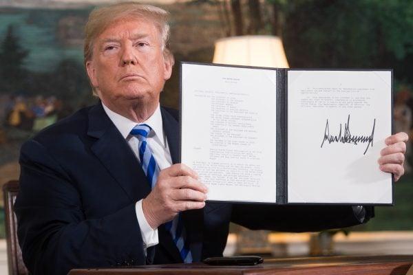 圖為美國總統特朗普2018年5月8日在白宮宣佈,美國退出有關伊朗核計劃的國際協議,並重啟對伊朗的制裁。(SAUL LOEB/AFP)
