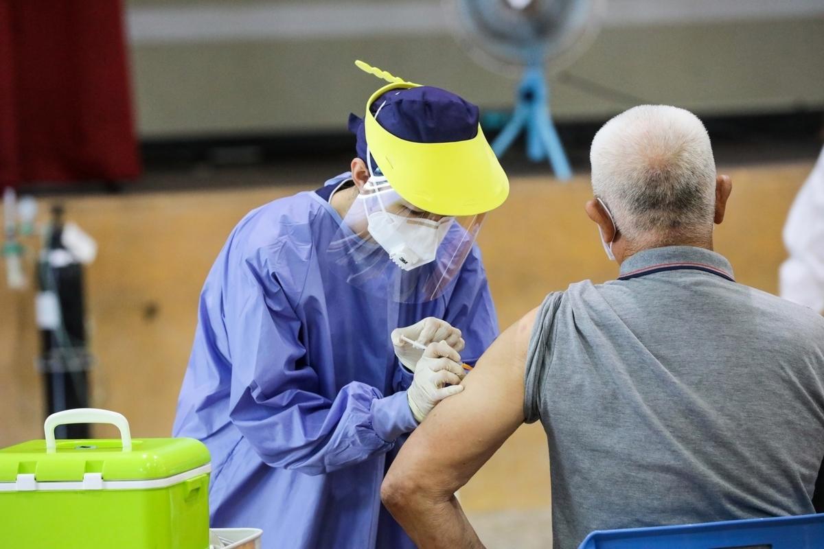 老人、慢性病患者施打新冠疫苗前、後,都要留意血壓、脈搏等生理數值。(台中市府提供)