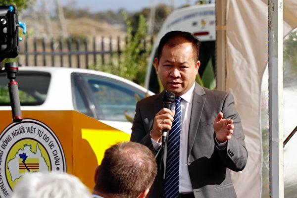 2021年3月6日,澳洲越南社區協會主席阮本(Bon Nguyen)在「盆景蘭花展」開幕式上發言。(李奕/大紀元)