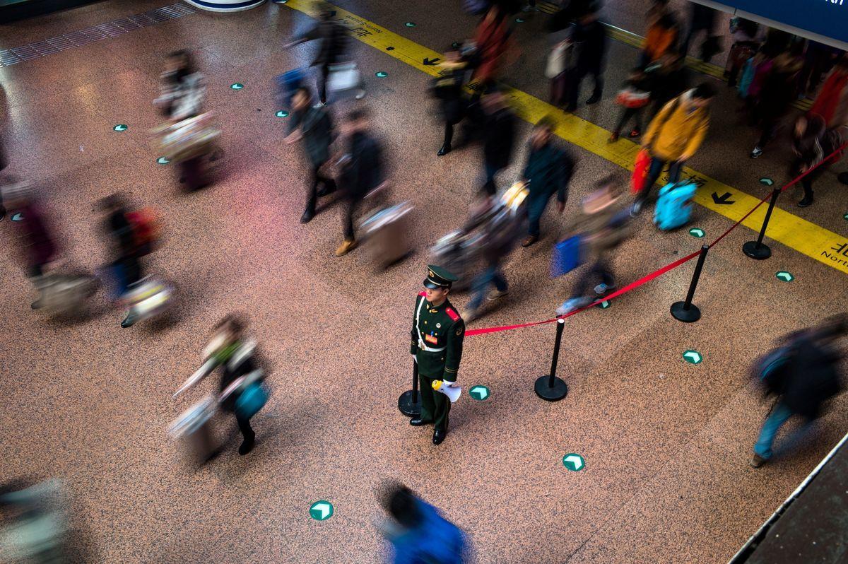 中共濫用社會信用系統。圖為北京西站。 (FRED DUFOUR/Getty Images)