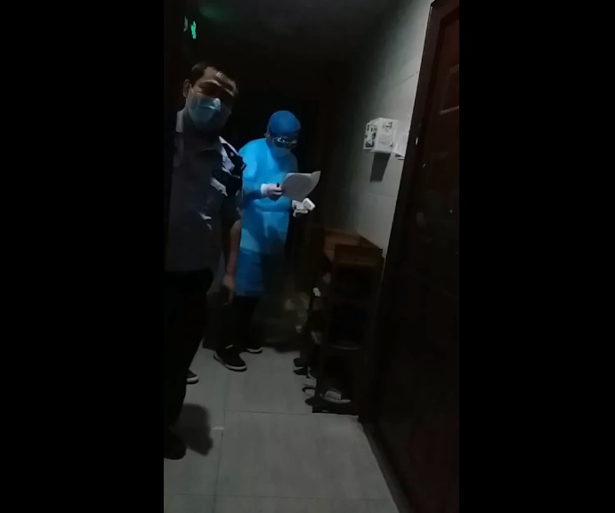 重慶前「六四天網」公民記者危文元進京被截回原籍隔離14天,門外還有截訪人員監控。(受訪者提供)