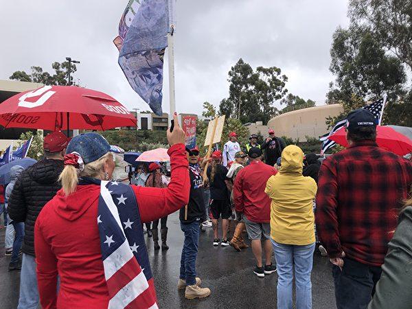 在橙縣維耶荷教區市,參加抗議大選舞弊集會的民眾。(李梅/大紀元)
