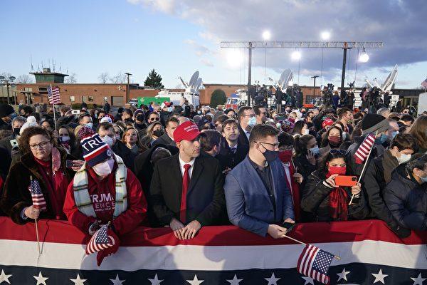 特朗普2020年1月20日早上離開白宮,飛往安德魯斯聯合基地(Joint Base Andrews)舉行離任典禮。圖為支持者聚集在聯合基地。(ALEX EDELMAN/AFP via Getty Images)