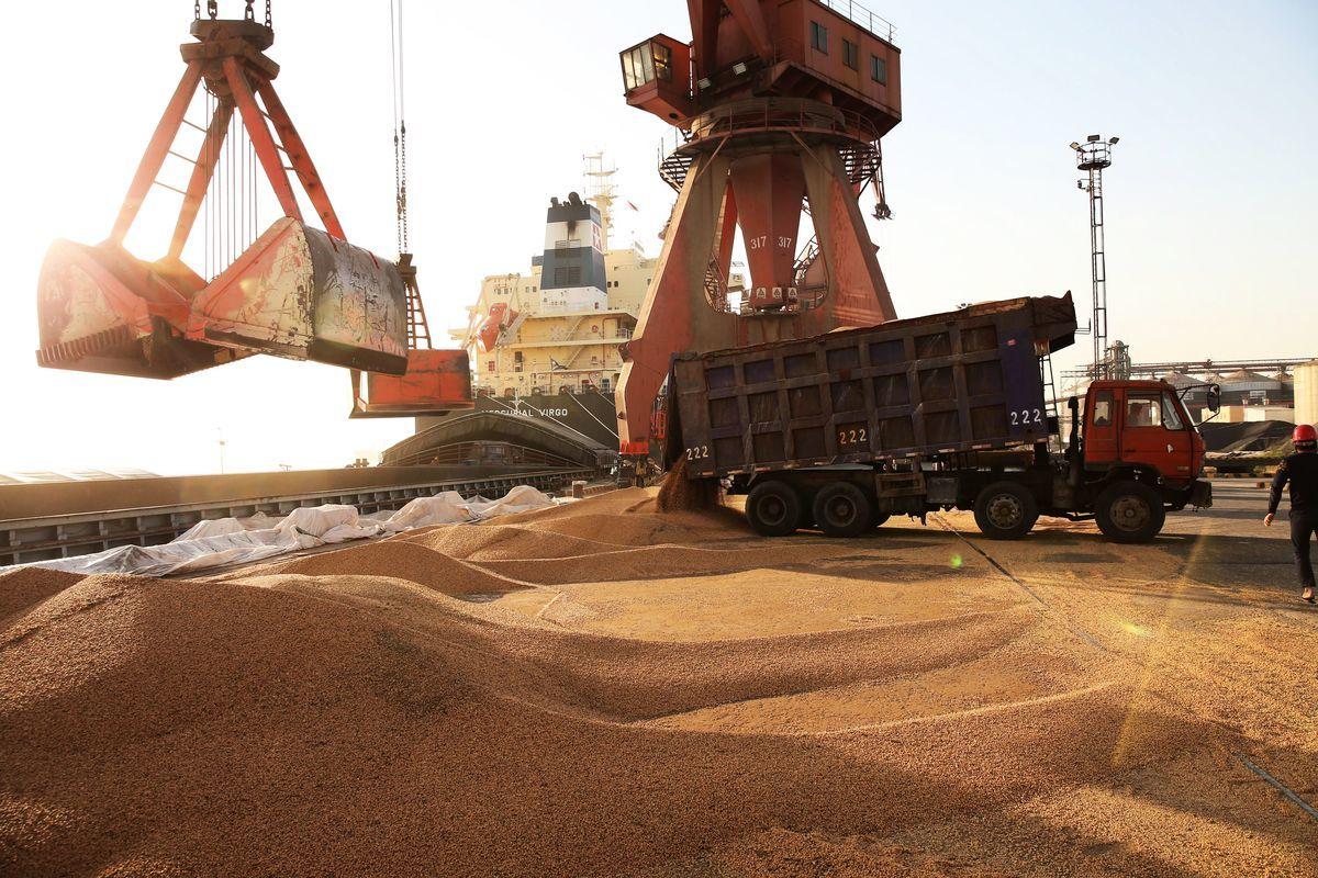 4月9日江蘇省南通市的一個港口工人在裝載大豆。(AFP/Getty Images)