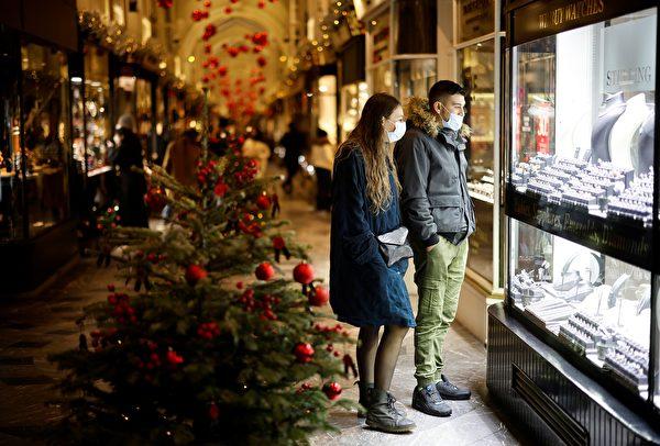 2020年12月19日,英國倫敦伯靈頓拱廊街(Burlington Arcade),許多民眾戴著口罩。(TOLGA AKMEN/AFP via Getty Images)