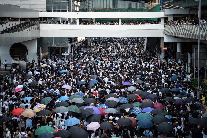 10月4日,香港,大批民眾參加遊行,反對港府實施《禁蒙面法》。(Laurel Chor/Getty Images)