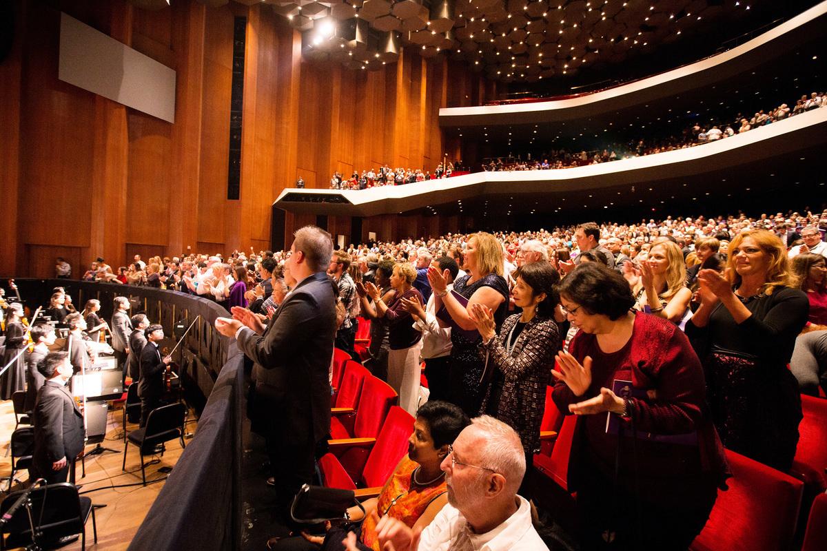 2016年12月26日,神韻國際藝術團在美國德州侯斯頓的兩場演出大爆滿。圖為晚場演出劇院爆滿、演出結束後觀眾集體起立鼓掌的盛況。(戴兵/大紀元)