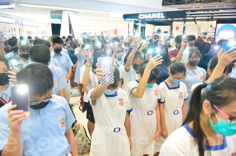 10月4日,香港學生聚集在元朗Yoho商場。堅持五大訴求,反禁蒙面法,並默哀。(余天佑/大紀元)