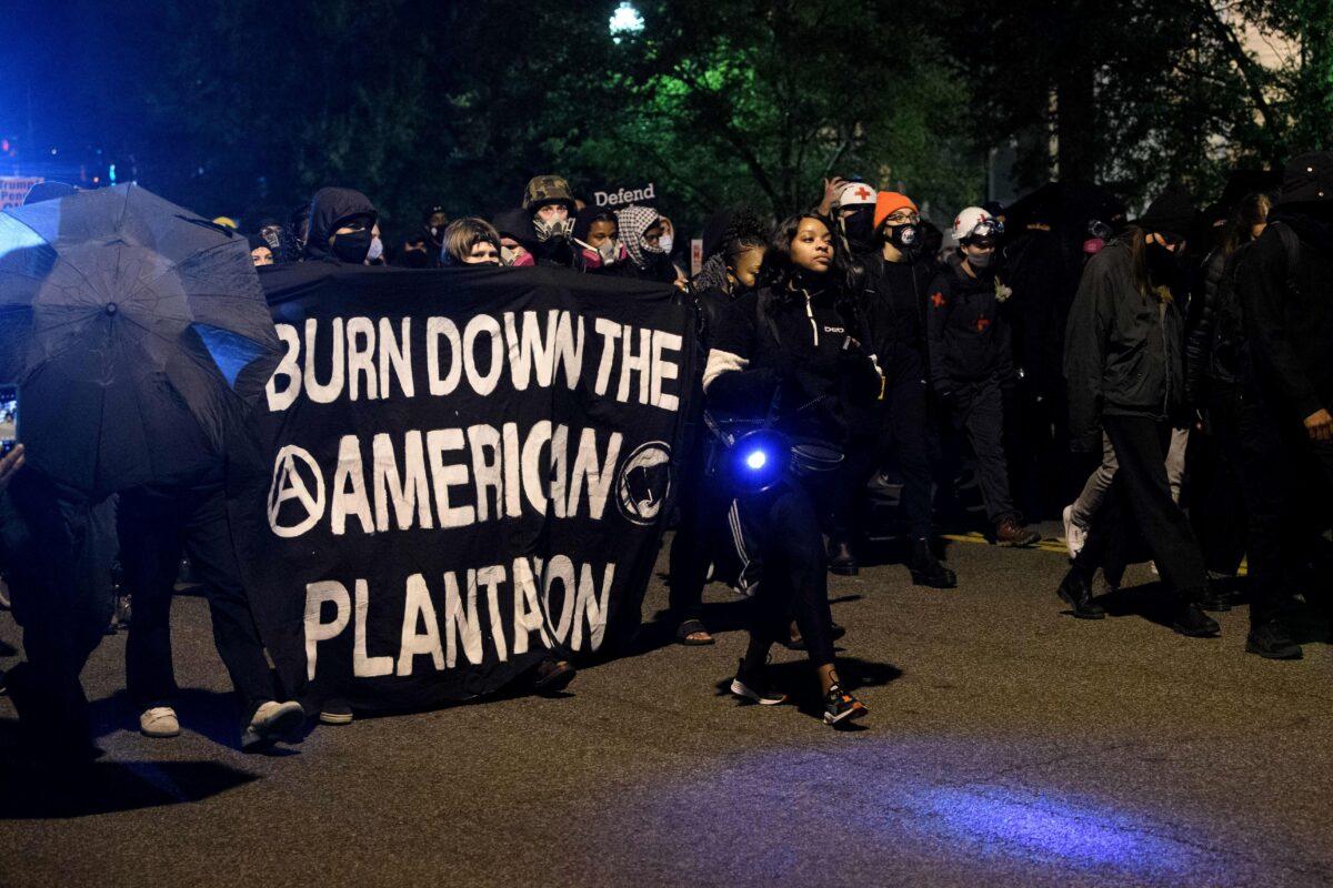 2020年11月3日,選舉之夜,「安提法」和「黑命貴」運動的示威者在華盛頓特區白宮附近抗議。(Nicholas Kamm/AFP via Getty Images)