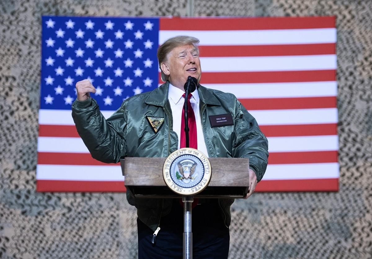 伊朗於2020年1月8日發射導彈攻擊伊拉克的美軍和聯軍基地。圖為2018年12月26日,美國總統特朗普在視察其中一個基地──阿薩德空軍基地時發表演說。(SAUL LOEB/AFP via Getty Images)