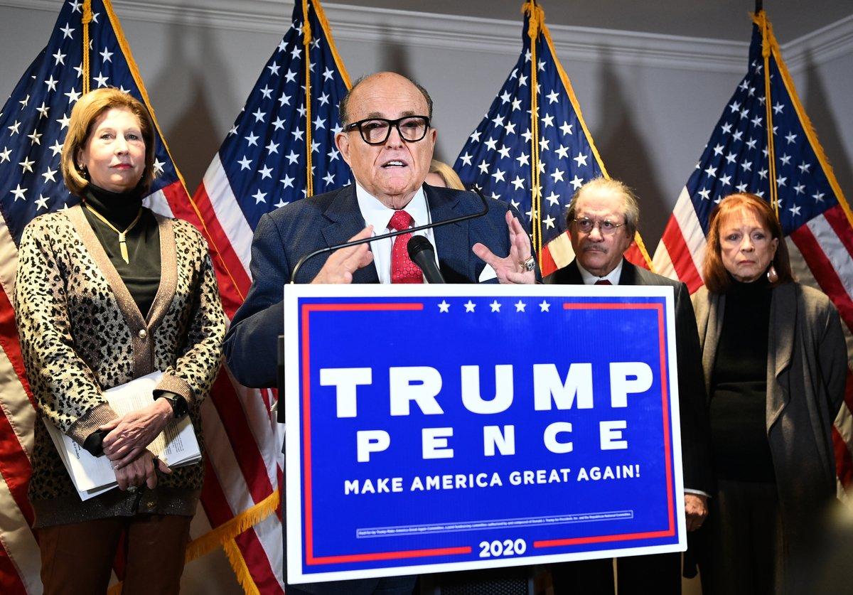 2020年11月19日,特朗普團隊律師、前紐約市長魯迪·朱利亞尼(Rudy Giuliani,中)於華盛頓特區共和黨全國委員會總部舉行的新聞發佈會上講話。(MANDEL NGAN / AFP)