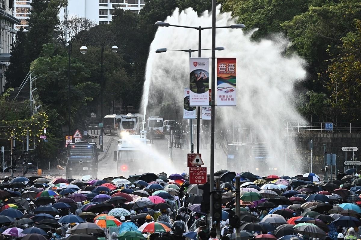 2019年11月17日下午,警察在香港理工大學,瘋狂發射水炮車、催淚彈,同時出動裝甲車。(PHILIP FONG/AFP via Getty Images)