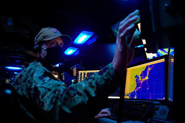 12月13日,美軍印太司令部推特發佈圖片,美軍與澳洲海軍、加拿大海軍和空軍一起進行聯合演習,電腦螢幕上顯示了第一島鏈的示意圖。(美國印太司令部推特)