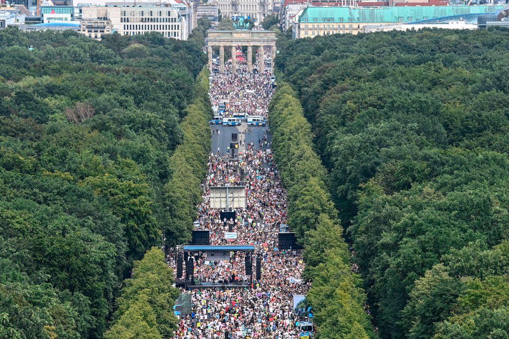 2020年8月1日,德國柏林數萬人遊行抗議政府防疫措施。(JOHN MACDOUGALL/AFP via Getty Images)