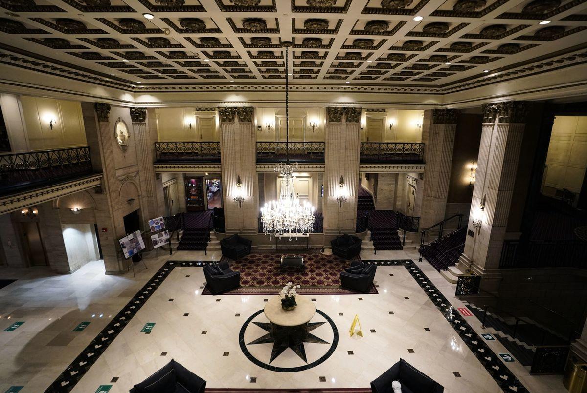 圖為位於紐約市曼哈頓中城近百年歷史的羅斯福酒店(Roosevelt Hotel)大廳,該酒店因不堪疫情嚴重影響收益,已於去年10月31日宣佈永久停業。圖攝於2020年10月12日。(TIMOTHY A. CLARY/AFP via Getty Images)