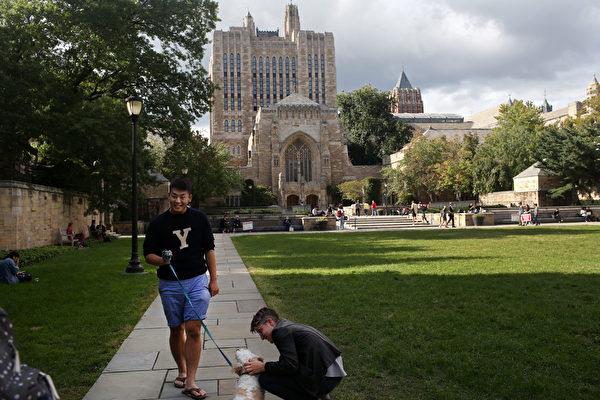 示意圖。一名學生在耶魯大學校園內行走。(Yana Paskova / Getty Image)