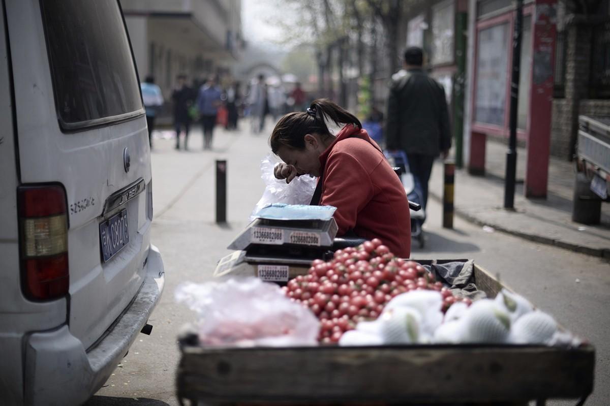 中國人的車厘子自由,可以成為中美貿易戰的勝負指標。圖為在北京街頭等待客戶上門的車厘子小販。(WANG ZHAO/AFP/Getty Images)