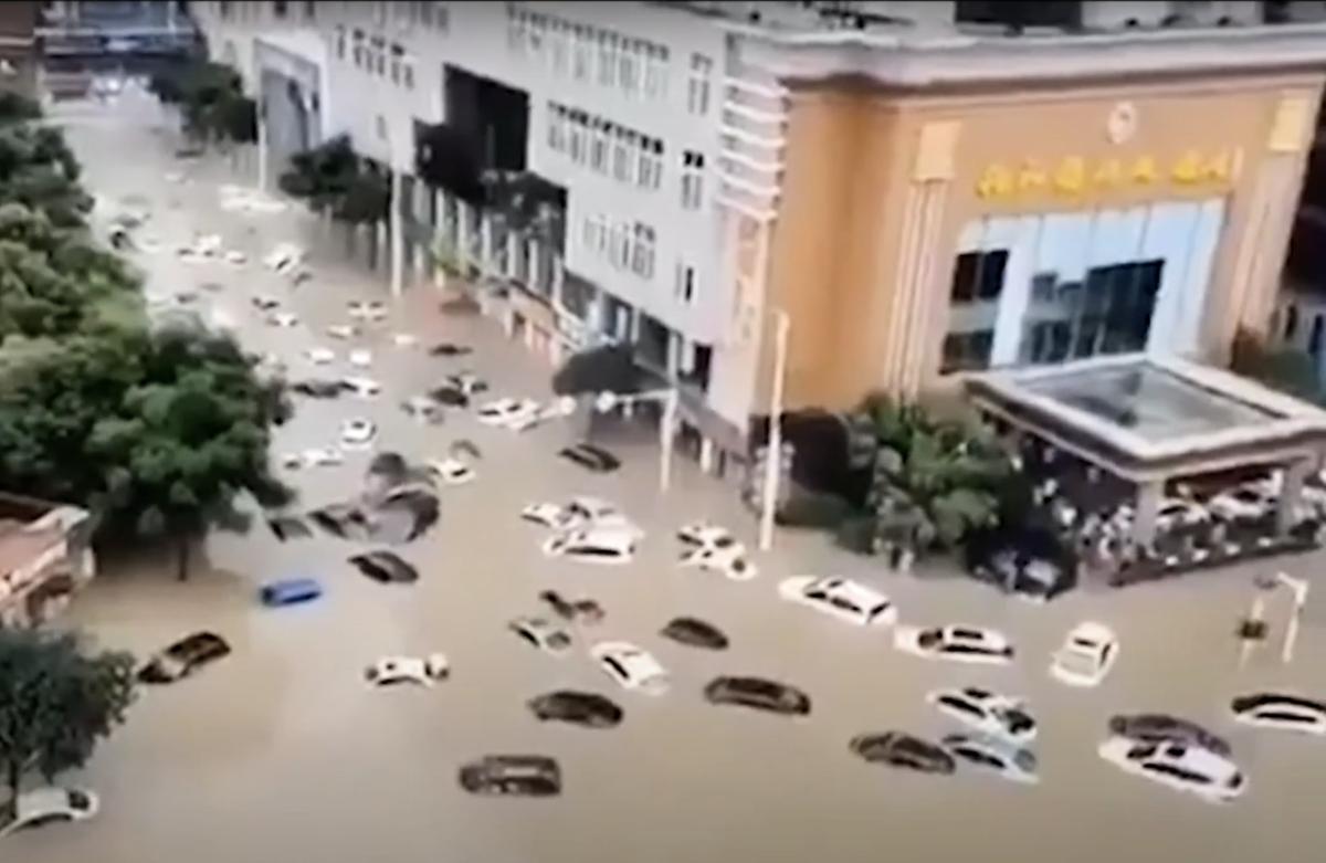2020年7月17日,湖北省恩施市城區大面積被淹,部份路段積水深達數米。(影片截圖)
