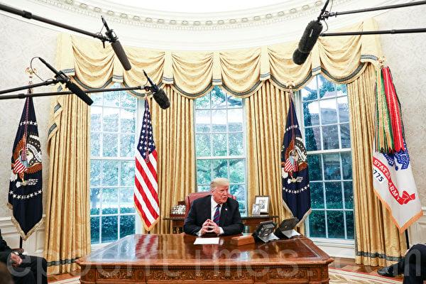 圖為美國總統特朗普在白宮橢圓形辦公室接受記者採訪。(Samira Bouaou/The Epoch Times)
