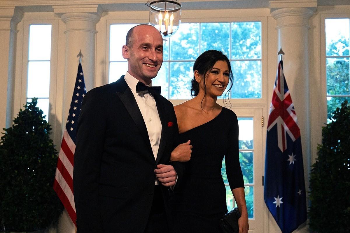 白宮高級顧問斯蒂芬·米勒(Stephen Miller)和妻子凱蒂(Katie Miller)於2019年9月20日抵達白宮,參加歡迎澳洲總理的國宴。(ALASTAIR PIKE/AFP via Getty Images)