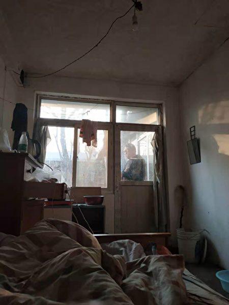 姜家文住處窗外可見截訪人員。(受訪者提供)