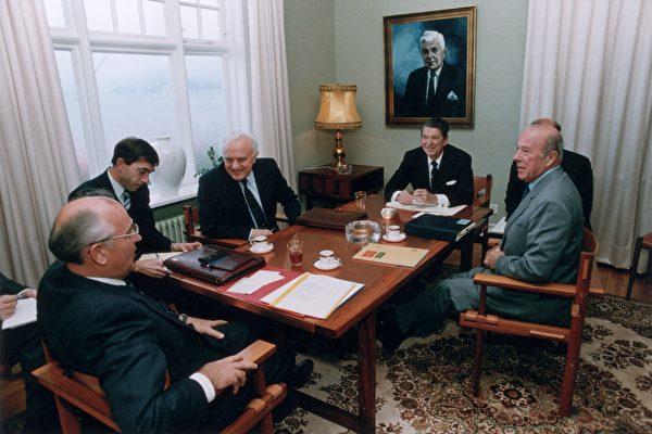1986年10月11日,美國前總統列根和時任國務卿舒爾茲(右)和前蘇聯領導人戈巴卓夫(左三)在一起。(Ronald Reagan Library/Getty Images)