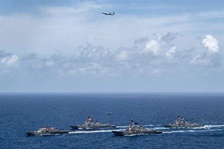 2020年5月11日,一架P-8A巡邏機與美國戰艦組成編隊,在加勒比海進行海上安全行動。(美國海軍)
