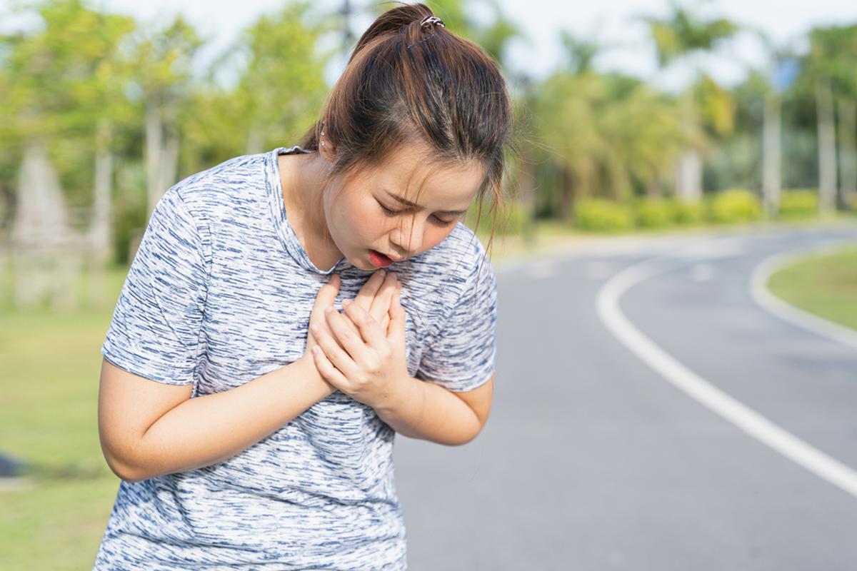 新冠病毒波及心臟引起昏倒、猝死,中醫如何急救?(Shutterstock)
