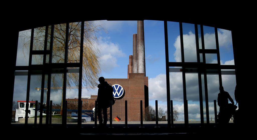 德國大眾今天宣佈歐洲的工廠會陸續停產,宜家則關閉了德國所有的連鎖店。(RONNY HARTMANN/AFP via Getty Images)