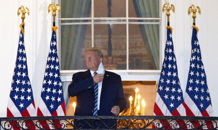 2020年10月5日,唐納德・特朗普總統從沃爾特・里德國家軍事醫療中心返回白宮後,摘下口罩。(Win McNamee/Getty Images)