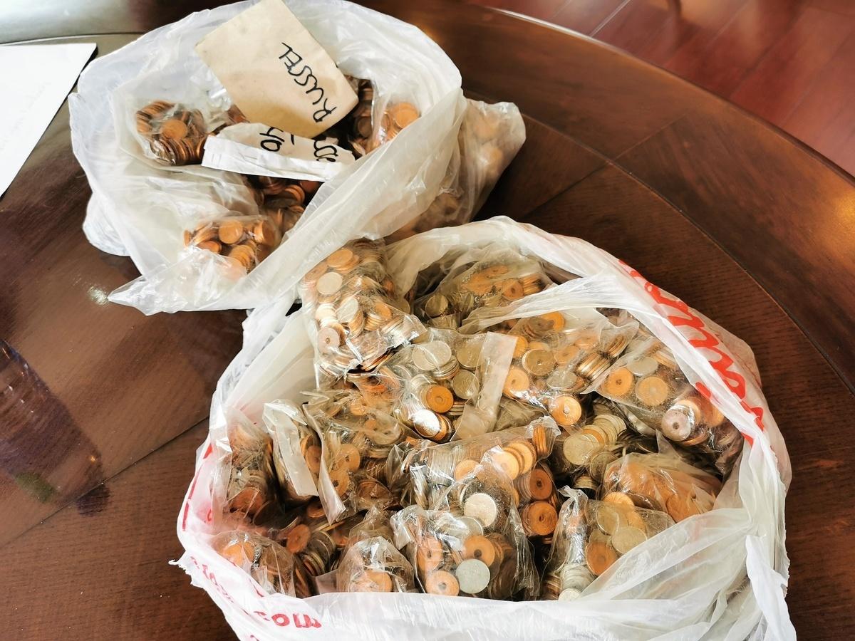 菲律賓巴倫蘇埃拉市一家塑膠回收工廠以硬幣付員工薪水。(巴倫蘇埃拉市政府Facebook)