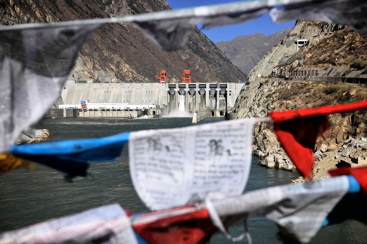 2014年11月23日,中共在西藏雅魯藏布江幹流上建設的第一座大型水電站藏木水電站首台機組正式投產發電。有水利專家表示,藏木水電站對中國的影響遠超印度。(STR/AFP)