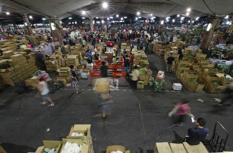 位於台北市萬大路的第一果菜批發市場,2021年6月24日啟動「市場專案」。市場內的工作人員、承銷商、貨運司機等,皆須出示中共病毒(武漢肺炎)快篩陰性文件才進場交易。(中央社)