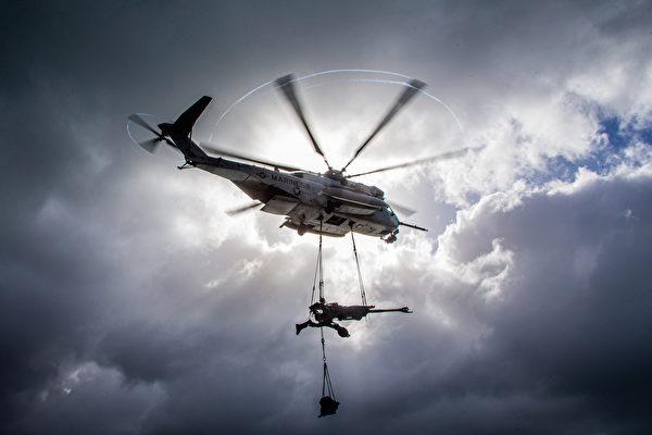 2020年7月1日,美國海軍陸戰隊展示在6月份的演習中,直升機調運M777榴彈砲。(美國海軍陸戰隊)
