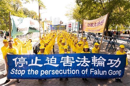 2019年9月23日,第74屆聯合國峰會開幕之時,紐約法輪功學員在聯合國對面的哈馬紹廣場上集會,呼籲停止迫害法輪功。(明慧網)