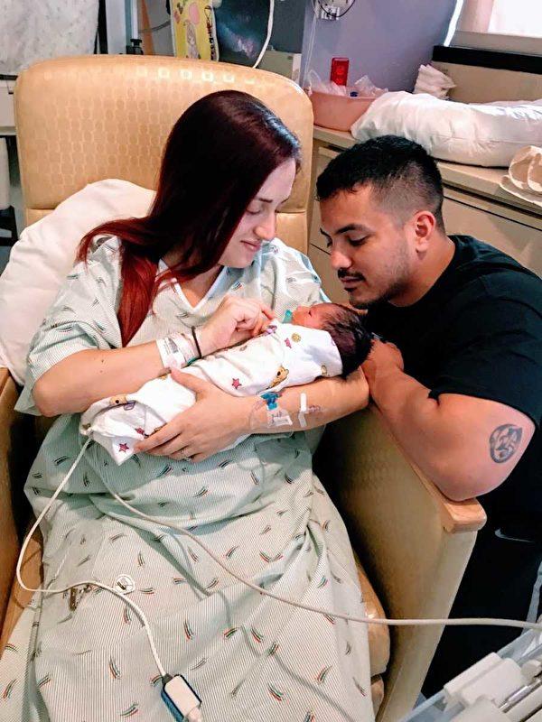 伊麗莎和阿德里安與兒子托比亞斯。(伊麗莎‧穆迪提供)
