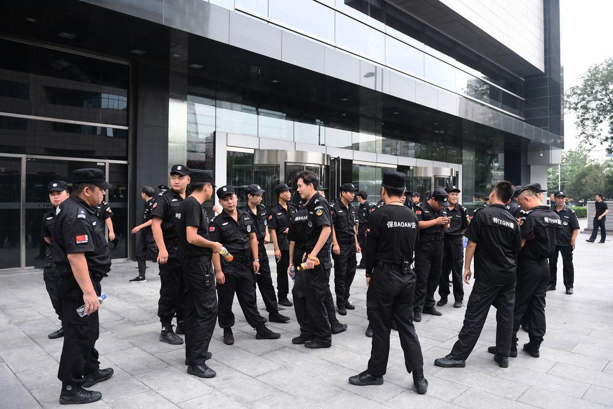 示意圖,圖為正在執行維穩任務的中共警察、保安等。(GREG BAKER/AFP/Getty Images)