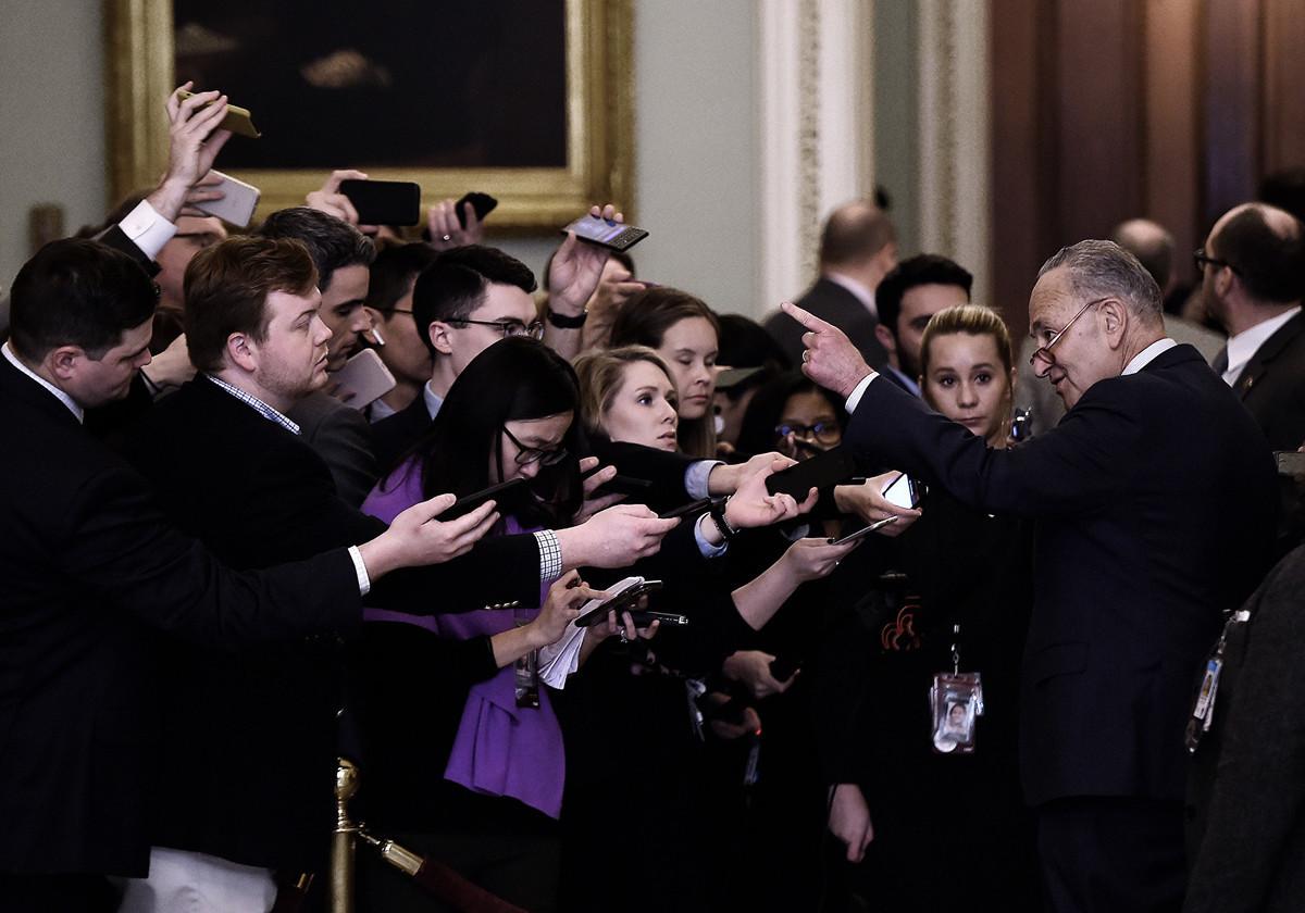 周二,眾所矚目的特朗普總統彈劾案登場,參議院議事廳兩黨議員激烈討論審判程序規則,場外緊張程度不遑多讓。圖為參議員舒默在場外接受媒體記者訪問。(OLIVIER DOULIERY/AFP)