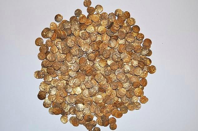 英國一名鳥類愛好者不久前外出賞鳥時,意外發現約1300枚凱爾特金幣。(《尋寶雜誌》提供)