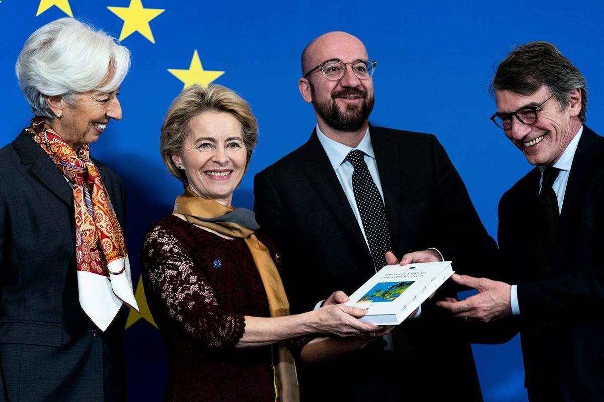 2019年12月1日,歐盟新任主席馮·德·萊恩(Ursula von der Leyen)(左二)接過「里斯本條約」。