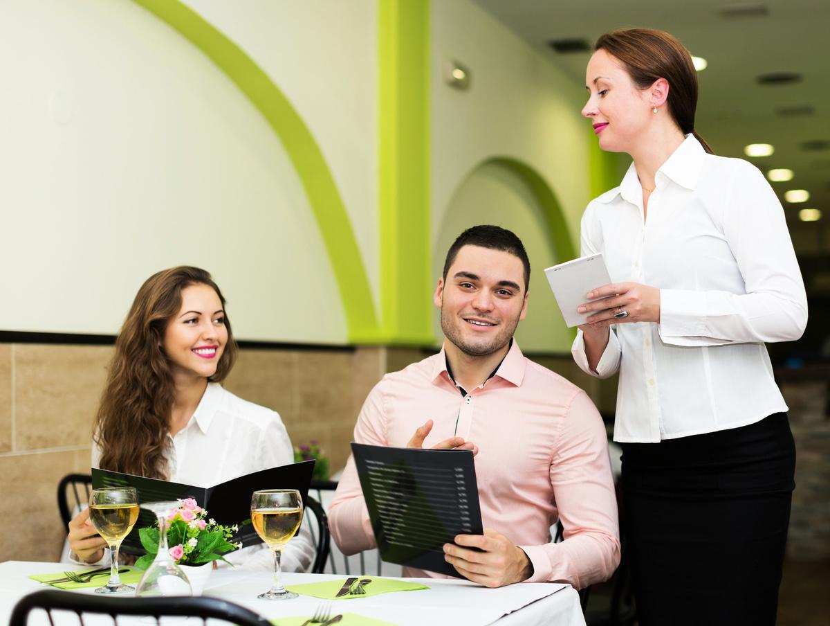 美國各州開始逐步開放,部份美國人重新回到餐館用餐。示意圖。(Fotolia)